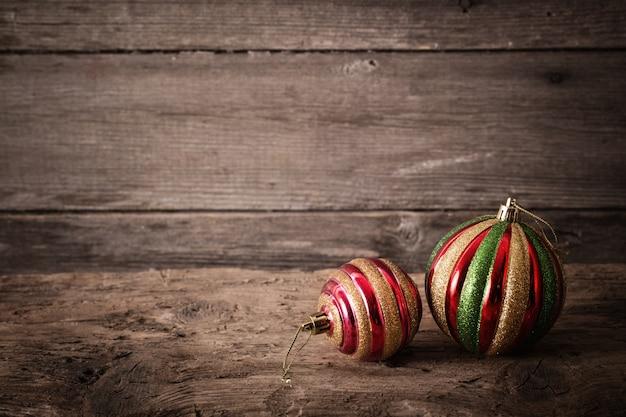 木製の背景にクリスマスボール