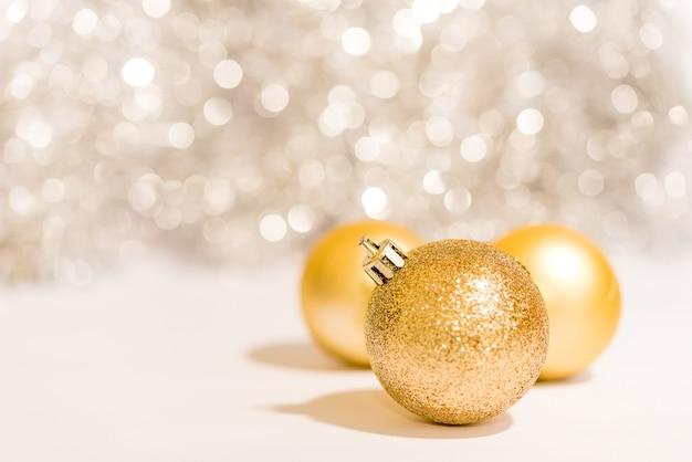 金色の背景の上にクリスマスボールの装飾装飾