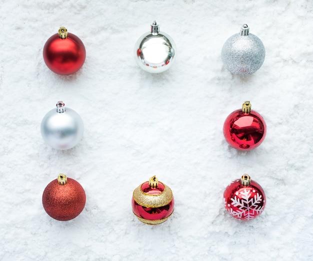 雪の背景にクリスマスボール飾り