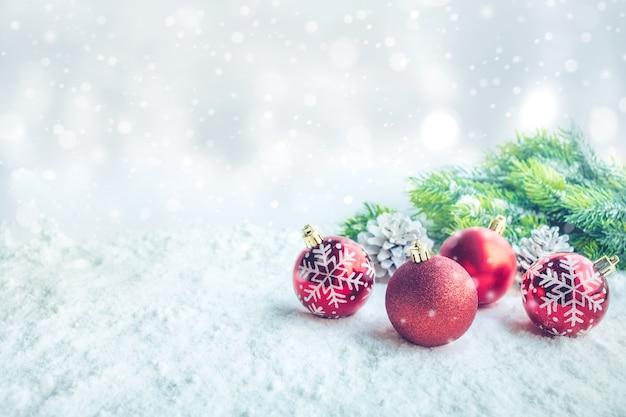 雪の背景にクリスマスボール飾りクリスマスのコンセプトについて