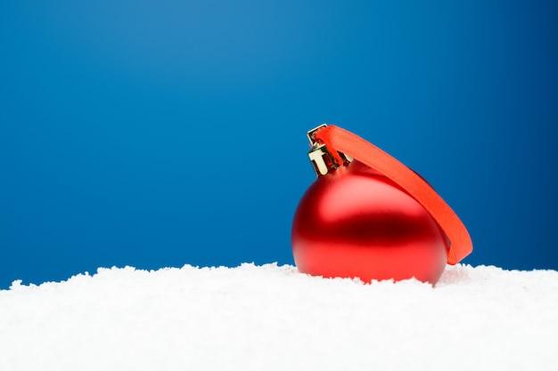 인공 눈에 빨간 리본으로 크리스마스 공