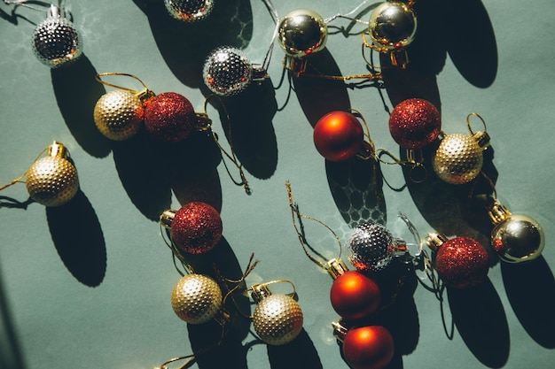 Рождественские шары на зеленом фоне с жестким светом