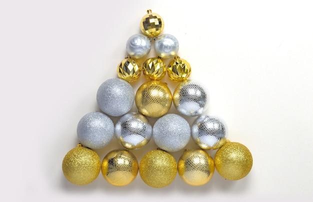 明るい背景の上のクリスマスボールと枝