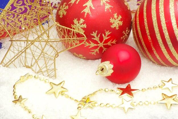 クリスマスボールと装飾のクローズアップ