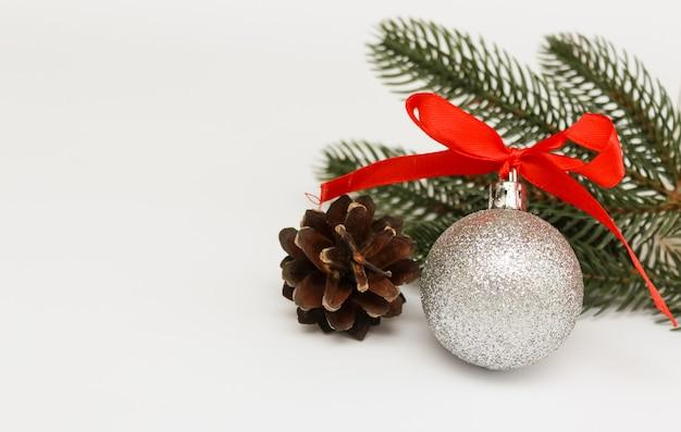 크리스마스 공 및 전나무 분기 위에 절연 장식.