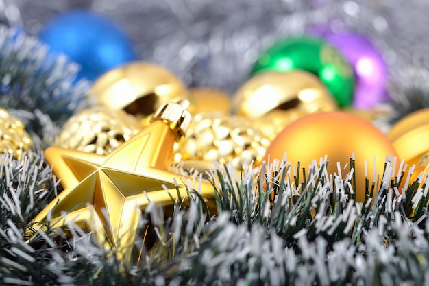 装飾用のクリスマスボールと花輪