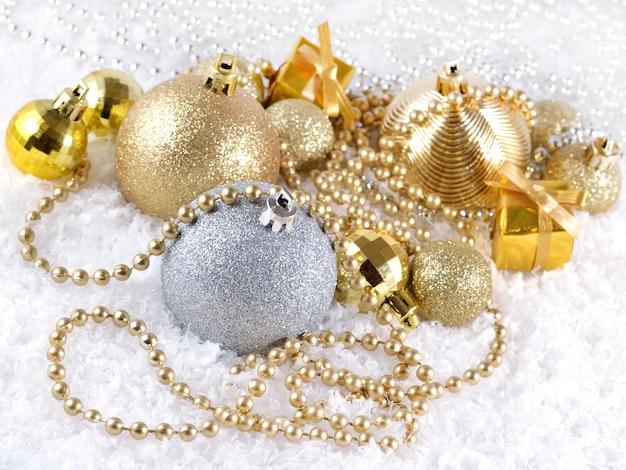 クリスマスボールと花輪