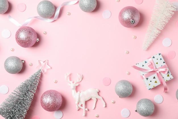 핑크 테이블에 크리스마스 공 및 선물