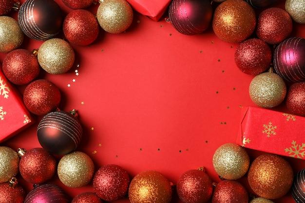 빨간색 테이블에 크리스마스 공 및 선물