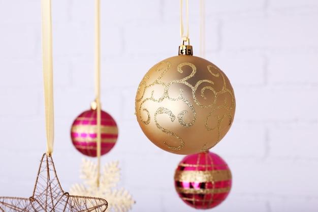 흐릿한 표면에 매달려 있는 크리스마스 공과 눈송이