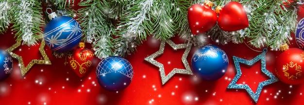 Рождественские шары и звезды на ветке дерева