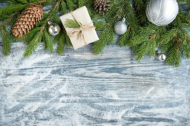 Елочные шары, еловые ветки, шишки, бантик на деревянной поверхности .. новогоднее украшение, копия пространства