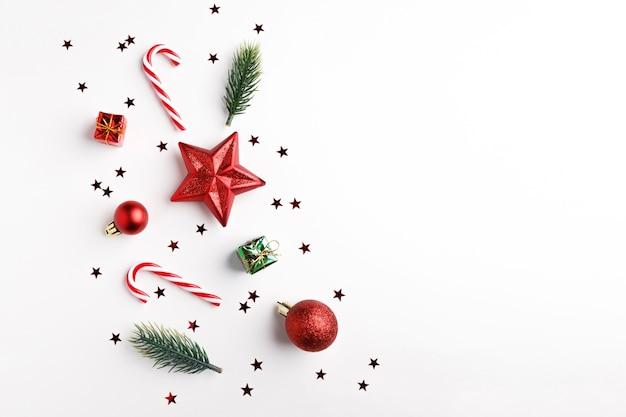 クリスマスボール、モミの木の枝と白のクリスマス飾り