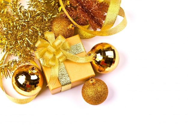 Palle di natale e un regalo di colore dorato