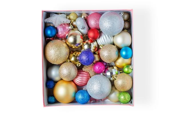 休日の装飾のための段ボール箱のクリスマスボール。クリスマスの準備