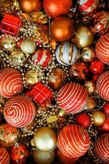 Рождественские шары красного цвета. много новогодних игрушек.