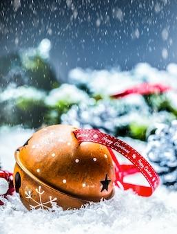 クリスマスボールジングルベルとクリスマスの装飾が施されたリボン