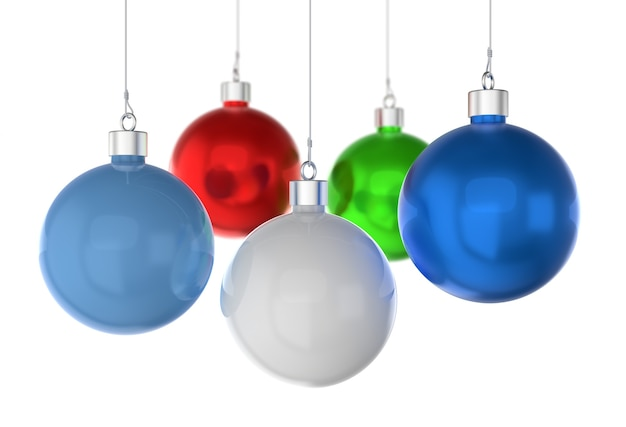 Елочные шары разных цветов на белом фоне