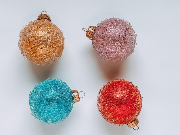 白地に赤、青、黄色、ピンクのさまざまな色のクリスマスボール。クリスマスのコンセプト。