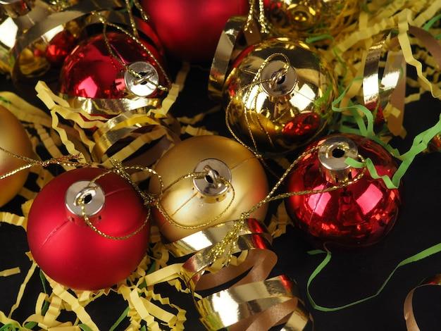 せっけんの泡の背景にクリスマスボール。バナーまたは背景、コピースペース。