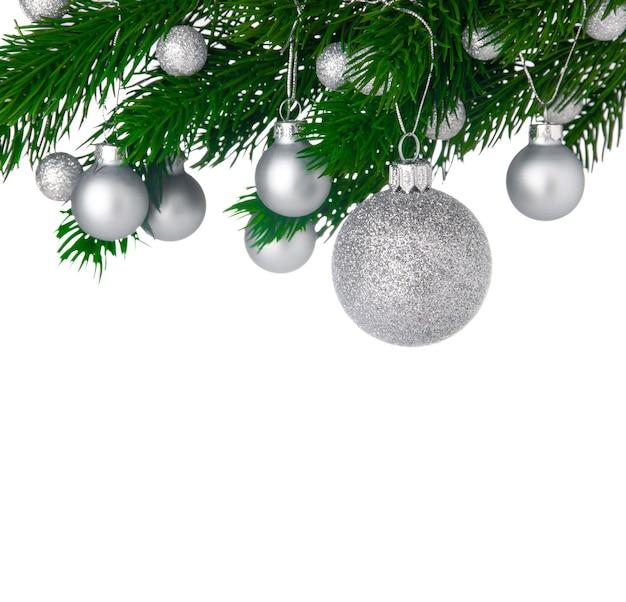 흰색 배경에 고립 된 크리스마스 트리 분기에 크리스마스 공, 복사 공간