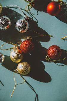 Рождественские шары на зеленом фоне год