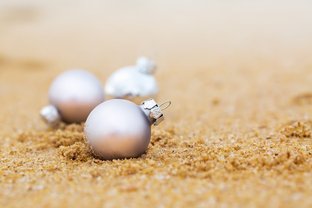 모래 해변에서 크리스마스 공