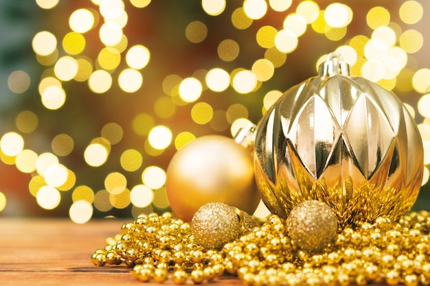 Рождественские шары на деревянном столе фоне затуманенное блестящий боке