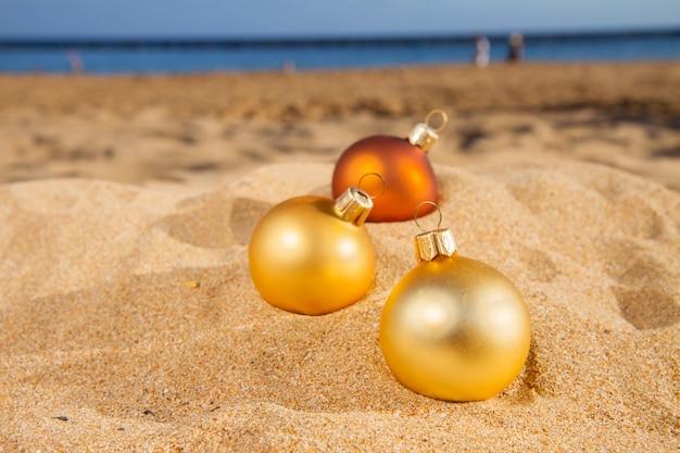 Рождественские шары на пляже