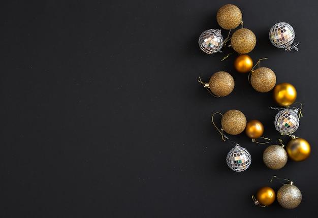 Рождественские шары на темной поверхности