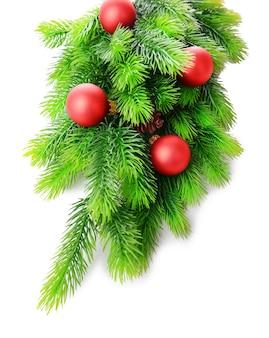 白で隔離のモミの木のクリスマスボール