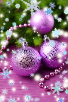 色の背景に、モミの木のクリスマスボール