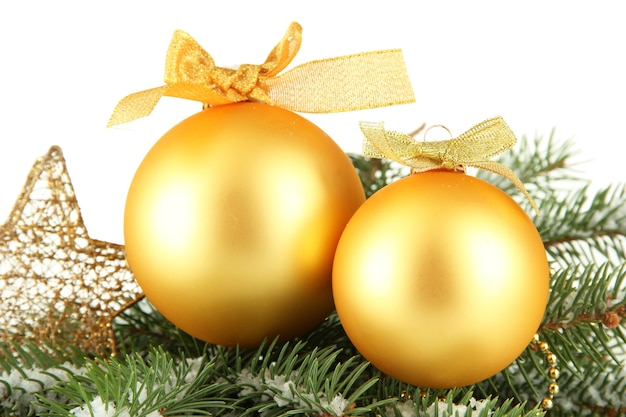 白で隔離の雪とモミの木のクリスマスボール
