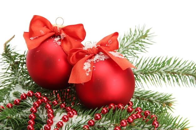 Рождественские шары на елке со снегом, изолированные на белом