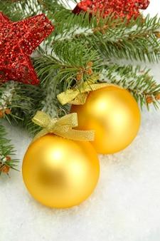 孤立した雪とモミの木のクリスマスボール