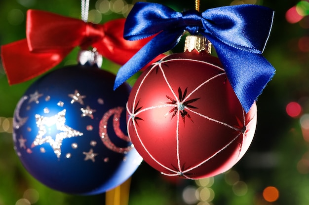 緑のクリスマスツリーの背景にクリスマスボール