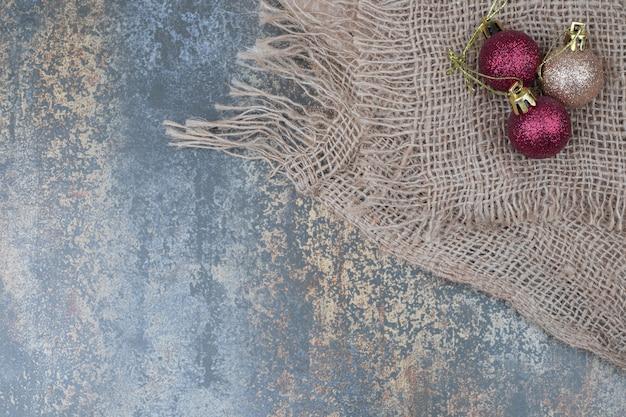 삼 베와 대리석 테이블에 크리스마스 공입니다. 고품질 사진