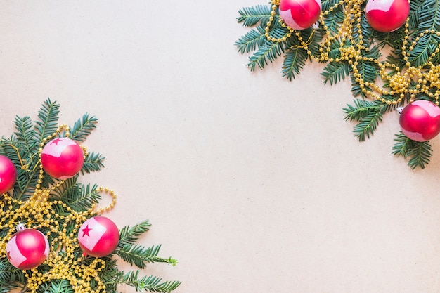 飾られたモミの小枝とビーズのクリスマスボール