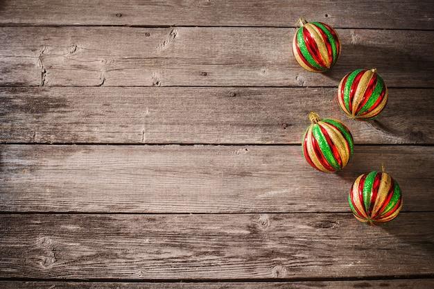 Рождественские шары на деревянных фоне