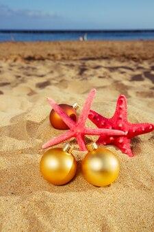 Елочные шары с морскими звездами на пляже