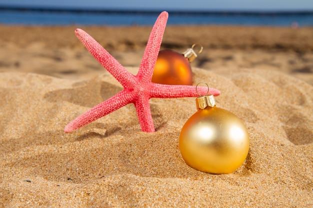 Елочные шары с морским ветром на пляже
