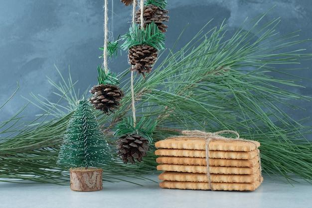 ロープで甘いビスケットとクリスマスボール。高品質の写真