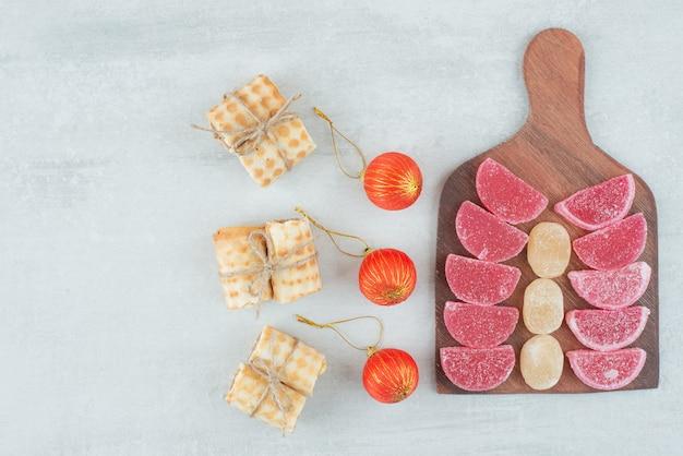 木の板にワッフルと甘いマーマレードのクリスマスボール。高品質の写真
