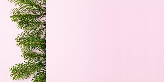 クリスマスツリーのbrancesと装飾品とクリスマスバナーの背景