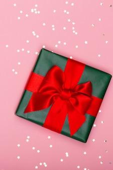 Рождественский баннер. фон рождественский дизайн, с реалистичной коробкой для подарков и блеском конфетти. горизонтальный рождественский плакат, поздравительные открытки.