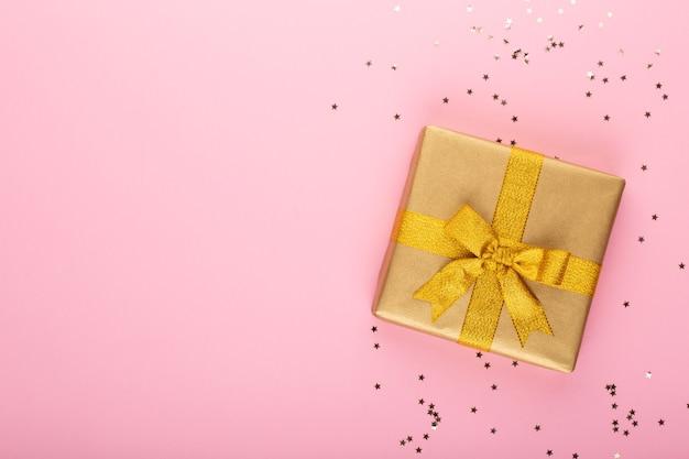 Рождественский баннер. фон xmas дизайн, с реалистичной коробкой для подарков и блеском конфетти. горизонтальный рождественский плакат, поздравительные открытки.
