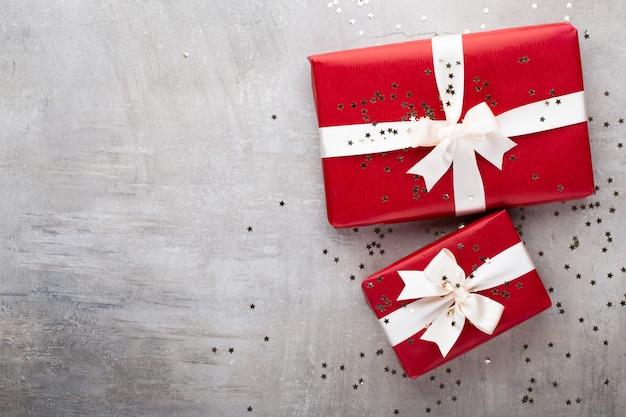 クリスマスバナー。背景のクリスマスデザイン、リアルなギフトボックスとキラキラ紙吹雪。横長のクリスマスポスター、グリーティングカード。
