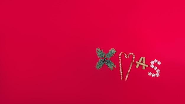 크리스마스 배너입니다. 레터링 크리스마스 사탕, 선물, 계피, 전나무. 메리 크리스마스와 새해의 복사 공간 개념