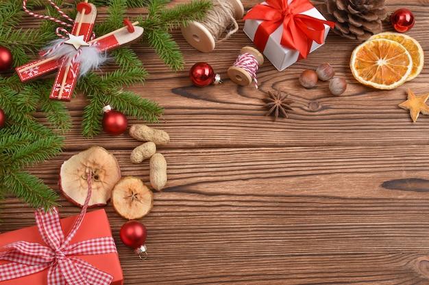 モミの枝、おもちゃ、エコ装飾で作られたクリスマスバナー。