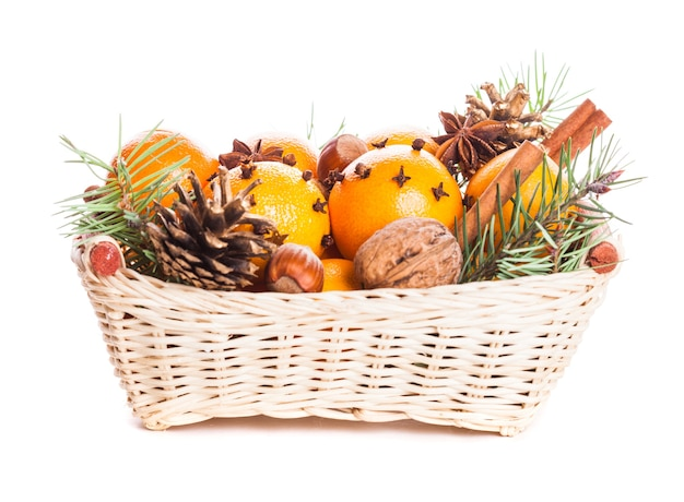 クリスマスバスケット-白で隔離のモミ、タンジェリン、スパイス
